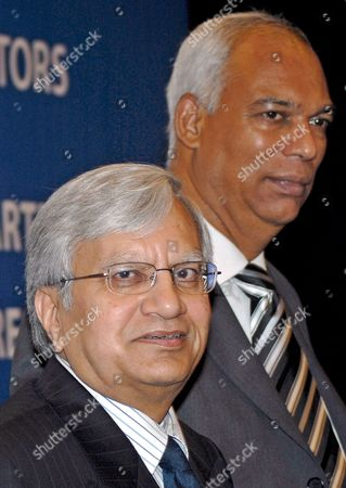 Ravi Kant (l) Managing Director Tata Motors and P M Telang Executive Director Commercial Vehicles Tata Motors Gestures During the Announcement of the Companies First Quarter Results For Year 2008-09 in Mumbai India 30 July 2008 Tata Motors Reported a 14 4 Per Cent Increase in Revenues in the First Quarter of the Financial Year 2008-09