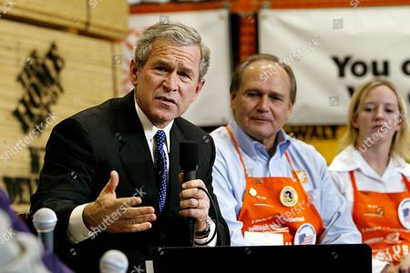 Us President George W Bush with Jessica Adamson (r) of the Home Depot and Ceo of the Home Depot Bob Nardelli (c) Speaks During His Visit and Discussion at the Home Depot in Halethorpe Md Friday 05 December 2003 Bush Used the Home Depot As an Example of the Surging Economy