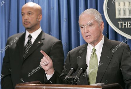 U S Federal Gulf Coast Recovery Director Don Powell (r) with New Orleans Mayor Ray Nagin Speaks to Reporters After a Meeting with President George W Bush at the White House in Washington Thursday 15 December 2005 Powell Announced a $3 1 Billion Program to Repair and Strengthen the Levees in New Orleans
