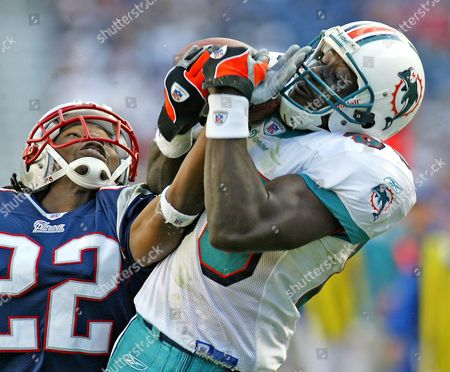 New England Patriots' Cornerback Asante Samuel (l) Attempts to Break Up a Pass to Miami Dolphins Wide Receiver Marty Booker (r) During the Fourth Quarter at Gillette Stadium in Foxboro Massachusetts Sunday 10 October 2004 the New England Patriots Beat the Miami Dolphins 24-10 Extending Their Winning Streak to 19 Games