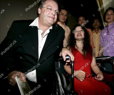 Stock Image of Australian Lawyer Harry Freedman (l) with Filipino-australian Vivian Alvarez (c) with Her Sisters and Brothers After Meeting the Press in Makati City Thursday 19 May 2005 Alvarez 42 Who Was Wrongfully Deported From Australia to the Philippines While Recovering From a Car Accident in 2001 is Expected to Return to Her Family in Australia where She Lived For Some 18 Years