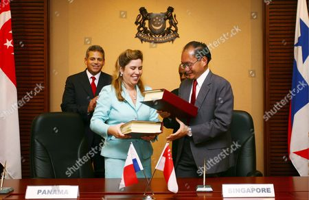 Panama's Vice Mininster For Commerce and Industry Carmen Gisela Vergara (l Front) and Singapore's Minister of State For Trade and Industy and For Education Chan Soo Sen (r) Exchange Signed Documents of the Singapore and Panama Free Trade Agreement While Panama's Second Vice President Ruben Arosemena (l Back) and Singapore's Deputy Prime Minister S Jayakumar Look On at the Signing Ceremony in Singapore Wednesday 01 March 2006 Bilateral Ties Between Singapore and Panama Were Further Strengthened with the Signing of the Panama-singapore Free Trade Agreement Wednesday Which Covers Issues Such As Trade in Goods and Services Custom Precedures Financial Services Investment Telecommunications and Others Such As Science and Technology