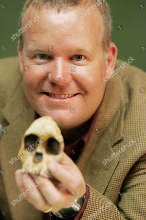 Professor Lee Berger Holds a Model of the Famous Taung Child Scull at a Press Conference That Announced the Fact That the Child Had Been Killed by an Eagle Thus Ending 80 Years of Debate Johannesburg South Africa Thursday 12 January 2006 the Announcment Made at Wits University Lays Claim That the Little Three-and-a-half Year Old Taung Child Who Died Nearly Two Million Years Ago Had Also Been Killed by an Eagle Probably Like the Present Day Crowned Eagle of Africa