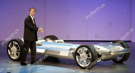 General Motors Corp Vice President of Research and Planning Larry Burns Shows Off the Platform For the Gm Sequel Concept Suv During the Press Days at the North American International Auto Show at Cobo Arena in Detroit Michigan On Sunday 09 January 2005 the Sequel is a Hybrid Concept That Runs On Hydrogen and Was Designed in Coventry England
