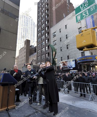 Members of the Band U2 Bono (2nd L) the Edge (3rd L) and Larry Mullen Jr (2nd R) Stand with New York City Mayor Michael Bloomberg (l) and New York City Council Speaker Christine C Quinn (r) As They Unveil a Street Sign For 'U2 Way' in New York New York Usa On 03 March 2009 Mayor Michael Bloomberg Temporarily Renamed West 53rd Street Today in Honor of the Band's New Album Which is Being Released This Week