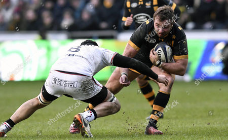 Wasps' Matt Mullan (right) goes into contact with Toulouse's Thierry Dusautoir (c)