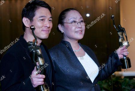 Chinese Actor Jet Li (l) and Chinese Actress Si Qin Gao Wa Hold Their Awards After Being Honoured 'Best Actor' (li) and 'Best Actress' (si Oin) at the 27th Hong Kong Film Awards in Hong Kong China 13 April 2008