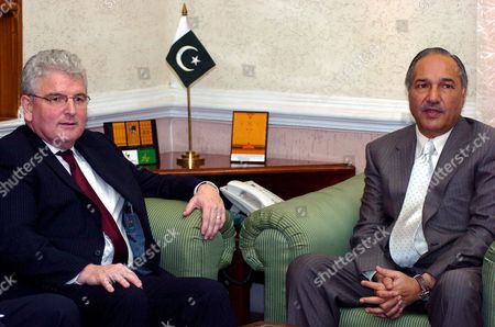Pakistan's Defence Minister Ahmad Mukhtar (r) Meets His British Counterpart Des Browne at the Pakistani Defence Ministry in Rawalpindi Pakistan 26 May 2008 a Nine-member United Kingdom Defence Delegation Led by Uk Defence Minister Des Browne is On a Three-day of Pakistan to Help in Further Expanding and Strengthening Bilateral Cooperation Between the Two Countries