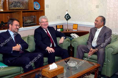 Pakistan's Defence Minister Ahmad Mukhtar (r) Meets with His British Counterpart Des Browne and Britain's High Commissioner to Pakistan Rober Brinkley During Their Meeting at the Pakistani Defence Ministry in Rawalpindi Pakistan 26 May 2008 a Nine-member United Kingdom Defence Delegation Led by Uk Defence Minister Des Browne is On a Three-day of Pakistan to Help in Further Expanding and Strengthening Bilateral Cooperation Between the Two Countries