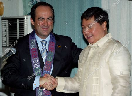 Spain's Defense Minister Jose Bono (l) Shake Hands with Philippine Defense Secretary Avelino J Cruz Jr (r) After a Brief Meeting at Camp Aguinaldo General Headquarters in Quezon City Northern Manila Monday 21 November 2005 Bono is in Town to Discuss Antiterror Measures with President Arroyo and Other Government Officials
