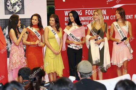 Miss Universe 2005 Contestant Miss Thailand Chananporn Rosjan (l) Talks As (second From L-r) Miss India Universe Amrita Thafar Miss Usa Chelsea Cooley Miss Venezuela Monica Spear Miss Switzerland Fiona Hefti and Miss Universe 2004 Jennifer Hawkins Listen at a Shopping Mall in Bangkok Thailand On Sunday 15 May 2005 All of Them Came to Join the Creation of a Special Wishing Fountain an Art Piece of Cement Donated to Bkk Metropolitan For Benjasiri Park in Bangkok