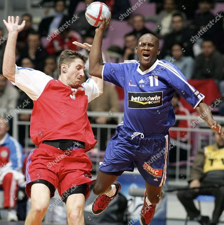 Olivier Girault (r) of France Tries to Score by Vitali Ivanov (l) of Russia During Their Men's 19th World Handball Championship Match in Rades Tunisia Monday 31 January 2005