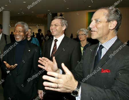 United Nations Secretary General Kofi Annan (l) with Norwegian Prime Minister Kjell Magne Bondevik (c) Are Given a Private Tour of the Newly Renovated Museum of Modern Art by It's Director Glenn Lowry (r) Saturday 13 November 2004 After Being Closed 2 1/2 Years For Renovation the Museum Will Reopen in One Week On November 20th 2004 the Women to the Right of Prime Minister Bondevik is His Wife Bjorg