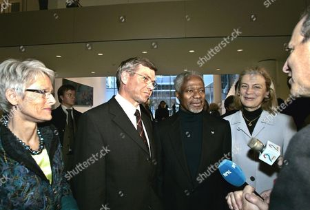 (lto R) Bjorg Bondevik the Wife of Norwegian Prime Minister the Norwegian Prime Minister Kjell Magne Bondevik United Nations Secretary General Kofi Annan Along with His Wife Nane Annan Are Given a Private Tour of the Newly Renovated Museum of Modern Art by It's Director Glenn Lowry (r) Saturday 13 November 2004 After Being Closed 2 1/2 Years For Renovation the Museum Will Reopen in One Week On November 20th 2004