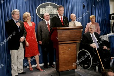 (l-r) Former White House Press Secretaries Joe Lockhart Dee Dee Myers Marlin Fitzwater Current White House Press Secretary Tony Snow Ron Nessen and James Brady (seated with Wife Sarah Standing Behind) Attend a Farewell to the James Brady Press Briefing Room of the White House in Washington Dc On Wednesday 02 August 2006 Today Was the Last Scheduled Briefing Before the Room is Closed For Renovations