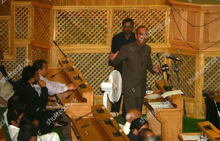 Stock Image of Ghulam Nabi Azad Right Chief Minister of Jammu and Kashmir Speaks Inside the Assembly in Srinagar the Summer Capital of Indian Kashmir 7 July 2008 Ghulam Nabi Azad the Top Elected Official in India's Jammu-kashmir State Announced His Resignation Monday After Weeks of Violent Protests Over the Transfer of Government Land to a Hindu Shrine in This Muslim-majority Region