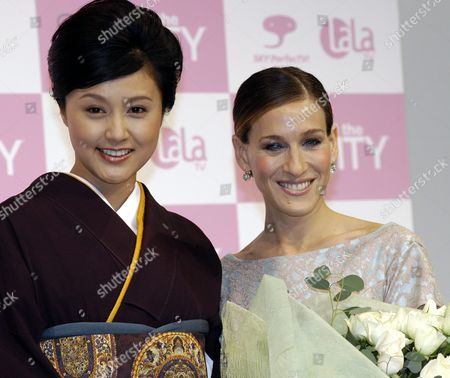 'Sex and the City' Star Sarah Jessica Parker (r) Poses For Photographers with Japanese Actress Norika Fujiwara After Being Presented with a Bouquet of Flowers by Fujiwara at a Press Conference in Tokyo Monday 22 November 2004 On the Occasion of the Dvd Release of the Final Season of the Popular Tv Drama Parker is in Tokyo to Meet Japanese Fans
