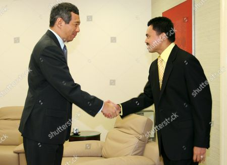 Prince Haji Al-muhtadee Billah (r) the Crown Prince of Brunei Darussalam Shaking Hands with Singapore Prime Minister Lee Hsien Loong at the Istana On Thursday 10 March 2005 the Prince is in the City State For an Official Five-day Visit to Reaffirm Close Bilateral Ties Between Brunei and Singapore