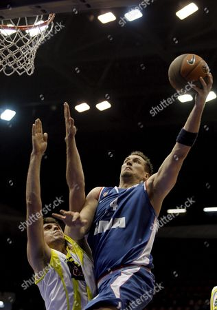 Fenerbahce's Mirsad Turkcan (l) Challenge For Ball with Cibona Zagreb's Jared Homan (r) During Their Euroleague Second Round Match at Abdi Ipekci Arena in Istanbul Turkey 25 February 2009