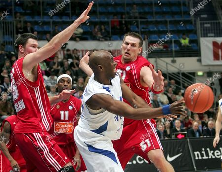 Henry Domercant (c) of Dynamo (moscow) Attacks As Dominik Tomczyk (l) Rashid Atkins (2-l) and Jared Homan (r) of Asko Slask (wroclaw) Tries to Stop Him During Their Basketball Uleb Cup Match in Moscow Russia 26 February 2008