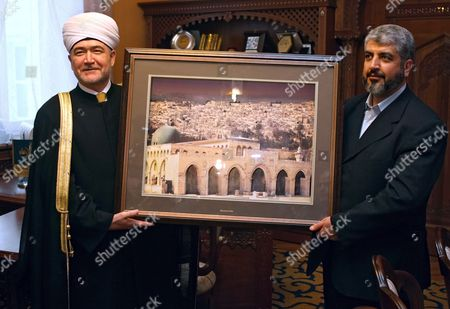 The Grand Mufty of Russian Federation Ravil Gainutdin (l) Receives the Picture of Al-aqsa Mosque As a Gift From Hamas Supreme Leader Khaled Mashaal (r) During Their Meeting in Moscow Tuesday 27 February 2007