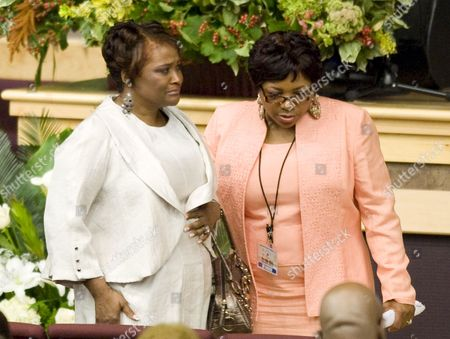 Rhonda Mccullough (l) Arrives For the Memorial Service For Her Husband Us Actor and Comedian Bernie Mac at the House of Hope Church in Chicago Illinois Usa 16 August 2008 Mac 50 Died in a Chicago Hospital On 09 August From Complications Due to Pneumonia