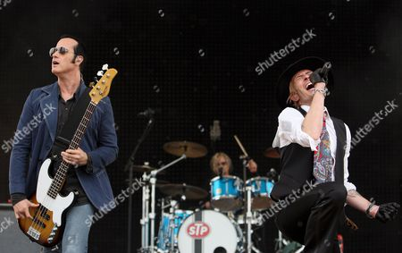 Robert Deleo (l) Eric Kretz (c) and Scott Weiland (r) of the Us Rock Band Stone Temple Pilots Performs at the 'Carb Day' Concert at the Indianapolis Motor Speedway in Speedway Indiana Usa 23 May 2008