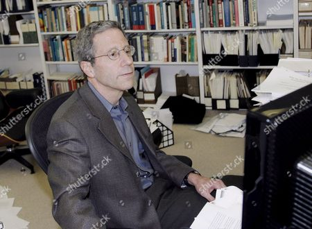 Eric S Maskin Professor at the Institute For Advanced Study at Princeton University Works in His Office After Winning the Nobel Prize For Economics in Princeton New Jersey 15 October 2007 Maskin Shares the Nobel Prize in Economics with Leonid Hurwicz and Roger Myerson 'For Having Laid the Foundations of Mechanism Theory' Which Deals with the Design of Economic Institutions