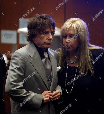 Defense Attorney Linda Kenney-baden (r) Whispers to Music Producer Phil Spector (l) As He Buttons His Coat and Prepares to Leave the Courthouse Following the Prosecution's Closing Arguments in Spector's Murder Trial in Los Angeles California Usa 05 September 2007 Spector is Accused of Fatally Shooting Actress Lana Clarkson in His Home On 03 February 2003