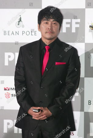 South Korean Actor Sul Kyoung-gu Poses For Photographers During a Photocall at the 12th Pusan International Film Festival (piff) Opening Ceremony at Suyoungman Yacht Stadium in Busan South Korea 04 October 2007 the Festival That Runs Until 10 October Showcases 275 Films From 64 Countries