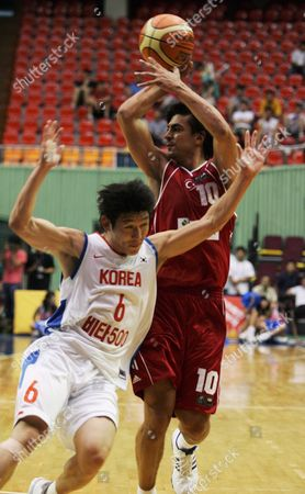 Turkey's Player Kutluay Ibrahim (r) Fights For the Ball with South Korean Player Yang Dong-geun (l) During the Vita 500 World Basketball Challenge in Seoul South Korea On Friday 11 August 2006 the Game Match Ended Turkey's Won 70:67