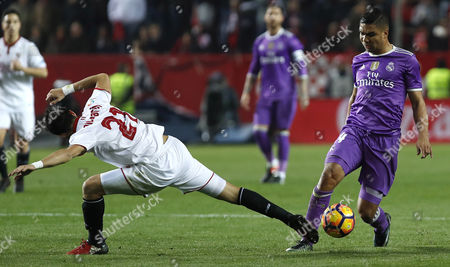 Sevilla FC´s Argentinian defender Nicolas Martin Pareja (L) fights for the ball with Real Madrid´s Brazilian midfielder Carlos Henrique Casimiro (R) during their Spanish First Division soccer match played at Sanchez-Pizjuan stadium in Sevilla, Spain, 15 January 2017.