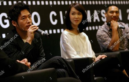 Stock Image of (l-r) Korean Actor Jang Hyuk Singaporean Actress Fann Wong and Hollywood Actor Jason Scott Lee Speak to Reporters During a Press Conference For a New Movie 'Dance of the Dragon' where They Have Starring Roles in Singapore 30 July 2007