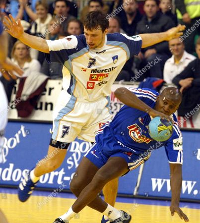 French Olivier Girault (r) Fights For the Ball with Slovenian Vid Kavticnik (l) During the Match Slovenia Vs France at the European Handball Championships in Ljubljana Slovenia On Thuersday 29 January 2004