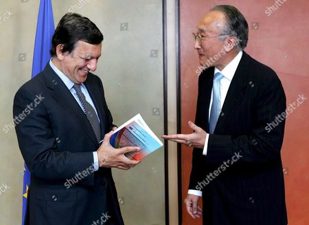 The Executive Director of the International Energy Agency (iae) Japanese Nobuo Tanaka is Welcomed by European Commission President Portuguese Jose Manuel Barroso (l) at the European Commission Headquarter in Brussels 04 Spember 2008 Tanaka is in Brussels to Present the First Iae Report On European Energy Policy