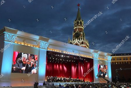 The Famous Israeli Violinist Pinchas Zukerman Performs During the Concert Masterpieces of the Violin Art On the Red Square in Moscow Russia 01 September 2007 On the Day of Moscow's 860th Anniversary On Red Square Performed by Today's Outstanding Virtuosos Pinchas Zukerman Joshua Bell Hilary Hahn Maxim Vengerov Nina Kotova