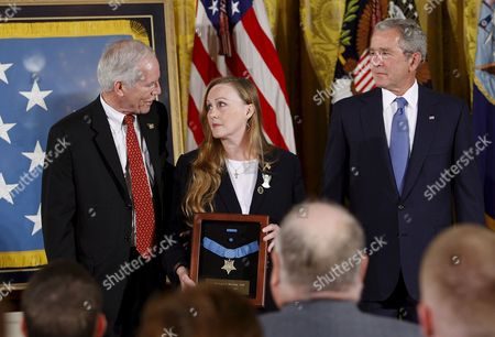 Us President George W Bush with Maureen Murphy and Her Husband Daniel Murphy the Parents of Navy Seal Lieutenant Michael Murphy After Posthumously Awarding Him the Medal of Honor During a Ceremony in the East Room of the White House in Washington D C Usa 22 October 2007 Lieutenant Murphy Was Killed in Action in Afghanistan