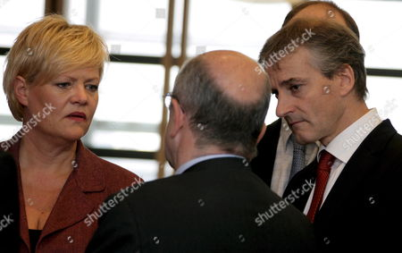 (l to R) Nowegian Finance Minister Kristin Halvorsen (l) and Foreign Minister Jonas Gahr Store Chat with European Monetary Affairs Commissioner Joaquin Almunia Prior to a Lunch with European Commission President Portuguese Jose Manuel Barroso at the Commission Headquaters in Brussels 12 November 2008