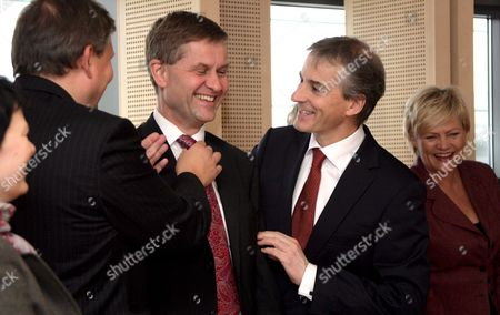 (l to R) Nowegian Environment Ministers Erik Solheim Foreign Minister Jonas Gahr Store and Finance Ministers Kristin Halvorsen Smile Prior a Lunch with European Commission President Portuguese Jose Manuel Barroso at the Commission Headquaters in Brussels 12 November 2008