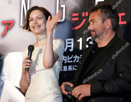 Danish Actress Rie Rasmussen (l) and French Director Luc Besson (r) React to Photographers During a Press Event Held For the Promotion of French Director Luc Besson's Latest Movie 'Angel-a' in Tokyo Monday 8 May 2006 the Movie Will Be Screened in Japan On 13 May
