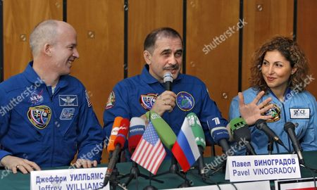Us Entrepreneur and the World's First Female Space Tourist Anousheh Ansari (r) Us Nasa Astronaut Jeffrey Williams (l) and Russian Cosmonaut Pavel Vinogradov (c) Pictured During a News Conference in Star City Outside Moscow 2 October 2006