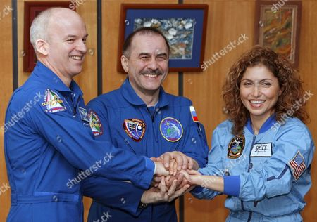Us Entrepreneur and the World's First Female Space Tourist Anousheh Ansari (r) Us Nasa Astronaut Jeffrey Williams (l) and Russian Cosmonaut Pavel Vinogradov (c) Shake Hands After a News Conference in Star City Outside Moscow Monday 02 October 2006