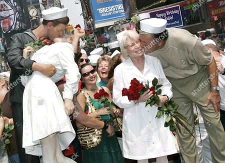 86 Year-old Edith Shain Gets a Kiss From 78 Year-0ld Carl Muscarello the Original Couple in the Iconic Image 'The Kiss' Sunday 14 August 2005 Edith Shain the Nurse and Carl Muscarello the Sailor Were the Original Couple in the Photograph Taken by Alfred Eisenstaedt 60 Years Ago Do the Day in Times Square On Victory Japan Day in 1945 to Signify the End of World War Two the Artist Seward Johnson Created a Life-sized Sculpture of the Kiss 'Unconditional Surrender' For the Event