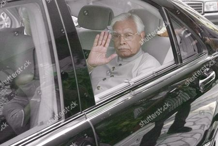 Indian Foreign Minister Natwar Singh (l) Gives His Farewell As He is Driven Away After Attending a Joint Press Conference with Pakistani Foreign Minister Khursheed Mahmood Kasuri (not Pictured) in Islamabad On Tuesday 04 October 2005 After Discussing the Siachen Glacier Issue and Framework For Peace Progress