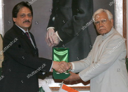 Indian Foreign Minister Natwar Singh (r) Shakes Hands with Pakistan's Sindh Provincial Governor Ishratul Ibad (l) On His Visit at the Governor House in Karachi On Tuesday 04 October 2005 Epa/str