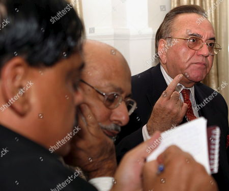 Stock Image of Pakistani Foreign Minister Khursheed Kasuri (r) Gestures During a Press Conference in Karachi On Wednesday 09 November 2005 Ahead of Traveling to Dhaka to Attend the 26th Session of Saarc Council of Ministers Which Will Precede the 13th Saarc Summit On November 12-13 2005 Kasuri Said That He Received a Letter From His Colleague and Brother Foreign Minister Adbullah Abdullah of Afghanistan with the Request For His Country to Be Admitted to Saarc As Member