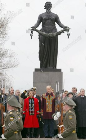 The Governor General of Canada Adrienne Clarkson (c Left) and Her Husband John Ralston Saul (r) Lay a Wreath at the Wwii Memorial at Piskaryovskoye Cemetery in St Petersburg Monday 29 September 2003 Adrienne Clarkson is On a Nine-day Visit in Russia Epa Photo/epa/anatoly Maltsev// Russian Federation Moscow