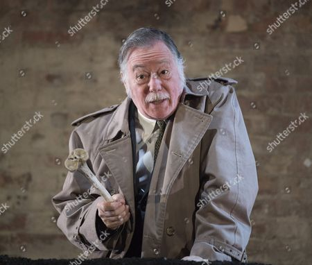 Jeff Rawle as Inspector Clout