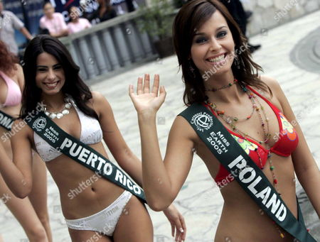 Stock Image of Miss Earth Candidates (l-r) Vanessa De Roide of Puerto Rico and Katarzyna Borowicz of Poland Waves at the Pool Side During the Press Presentation at the Hyatt Hotel in Manila On Wednesday 05 October 2005 Eighty Countries Are Participating the Miss Earth Beauty Pageant