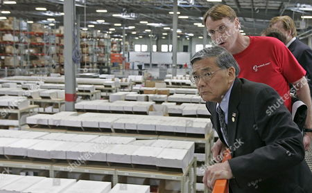 Us Transportation Secretary Norman Mineta (l) and Stephen Tryon (r) Senior Vice President of Logistics For Overstock Com Has a Birds Eye View of Overstocks Warehouse in Salt Lake City Utah Friday 19 May 2006 Mineta Was in Salt Lake City to Announce a New Program to Improve Highway Freight and Aviation Congestion
